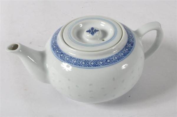 Reiskorn-Porzellan-Teekanne blau/weiss ca. 1 Liter